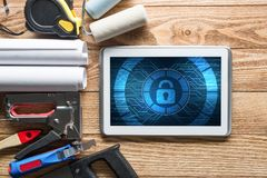 Sécurité de Web et concept de technologie avec le PC de comprimé sur la table en bois Image libre de droits