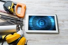 Sécurité de Web et concept de technologie avec le PC de comprimé sur la table en bois Photos stock