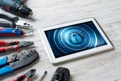 Sécurité de Web et concept de technologie avec le PC de comprimé sur la table en bois Photos libres de droits