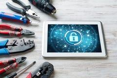 Sécurité de Web et concept de technologie avec le PC de comprimé sur la table en bois Photographie stock