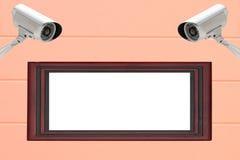 Sécurité des systèmes de télévision en circuit fermé avec le cadre de tableau en bois sur le mur de ciment Photos stock