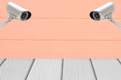 Sécurité des systèmes de télévision en circuit fermé sur le mur de ciment avec le plancher en bois Photo libre de droits