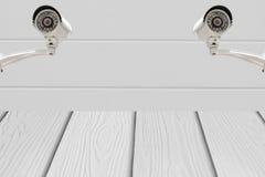Sécurité des systèmes de télévision en circuit fermé sur le mur de ciment avec le plancher en bois Photos libres de droits