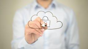 Sécurité en ligne de nuage, écriture d'homme sur l'écran transparent Image stock