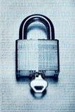 Sécurité et chiffrage de Digital avec le code binaire recouvert sur le cadenas en acier et la clé photo libre de droits