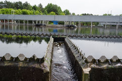 Sédimentation de traitement des eaux usées. L'eau potable photos stock