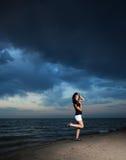 Séjour asiatique mignon de fille sur la plage Images libres de droits