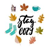 Séjour confortable - l'automne tiré par la main assaisonne l'expression de lettrage de vacances et Hugge gribouille avec les feui illustration stock