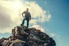 Séjour d'homme sur le dessus de la montagne photos libres de droits