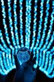 Séjour de boule de cristal dans les lumières bleues de guirlande Photographie stock