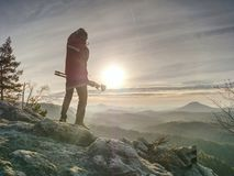 Séjour de deux personnes au trépied sur le fond d'une gamme de montagne photo stock