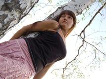 Séjour de fille près du bouleau 2 image libre de droits