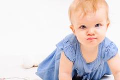 Séjour de petite fille sur tous les fours Images stock