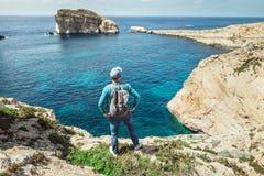 Séjour de voyageur sur le bord rocheux du bord de la mer Images libres de droits
