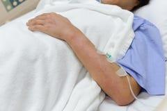 Séjour patient femelle sur un lit d'hôpital Images stock