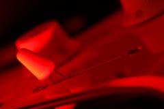 Sélecteur de guitare dans la lumière rouge Images libres de droits