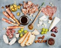 Sélection d'apéritif de fromage et de viande ou ensemble de casse-croûte de vin Variété de fromage, salami, prosciutto, batons de Image stock