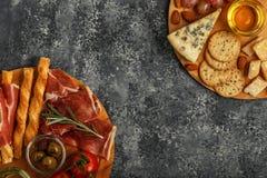 Sélection d'apéritif de fromage et de viande, vue supérieure Image libre de droits