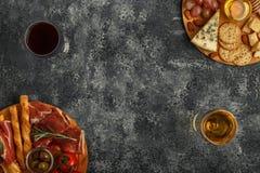 Sélection d'apéritif de fromage et de viande, vue supérieure Photos stock