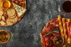 Sélection d'apéritif de fromage et de viande, vue supérieure Images libres de droits