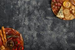 Sélection d'apéritif de fromage et de viande, vue supérieure Photographie stock libre de droits