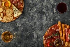 Sélection d'apéritif de fromage et de viande, vue supérieure Photographie stock