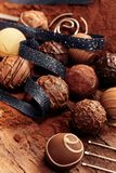 Sélection de différentes boules faites main de chocolat photo stock