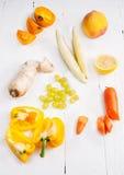 Sélection de divers fruits et légumes organiques crus jaunes frais de produit images libres de droits