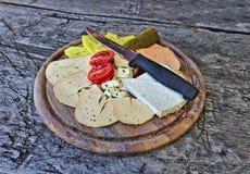 Sélection de fromage d'un plat en bois avec le couteau photographie stock libre de droits