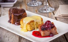 Sélection de gâteau : le gâteau de chocolat, le gâteau de vanille et la cerise durcissent Images stock