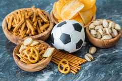 Sélection de nourriture de partie pour le championnat de observation du football photos stock
