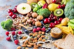 Sélection de nourriture riche saine de vegan de sources de fibre pour la cuisson images stock