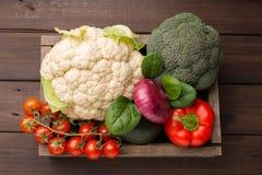 Sélection de nourriture saine pour le coeur, concept de la vie Légumes dans la boîte en bois Vue supérieure photo stock