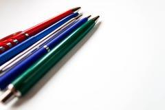 Sélection de rangée des stylos bille colorés multi assortis de différentes couleurs sur le fond bleu-clair De nouveau à la créati image libre de droits