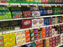 Sélection de soda à l'épicerie photos stock