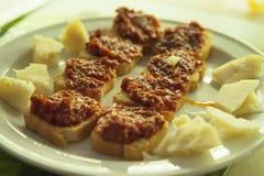 Sélection de Tapas avec du fromage de Manchego et le pain grillé de morsure-taille avec le poivron rouge et la sauce tomate sèche photographie stock libre de droits