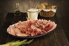 Sélection de viande corrigée dans une configuration rustique Photo libre de droits