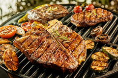 Sélection de viande et des légumes sur un barbecue photo libre de droits