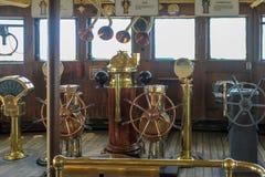 Sélection de vieux cuivre et de roues en laiton de bateaux photo libre de droits