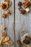 Sélection des épices de Noël sur le fond en bois rustique Photos stock