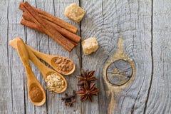 Sélection des épices de Noël sur le fond en bois rustique Photo libre de droits