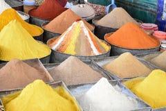 Sélection des épices sur un souk traditionnel Photographie stock libre de droits