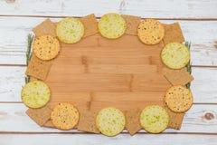 Sélection des biscuits sur le conseil en bois Image libre de droits