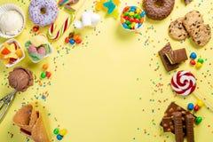 Sélection des bonbons colorés - chocolat, butées toriques, biscuits, lucettes, crème glacée  photos libres de droits