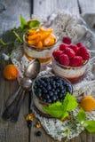 Sélection des desserts avec des baies et des fruits Photo stock