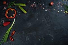 Sélection des herbes et des verts d'épices Ingrédients pour la cuisson Fond de nourriture sur la table noire d'ardoise photo stock
