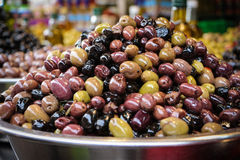 Sélection des olives dans une cuvette à vendre à un marché photos libres de droits