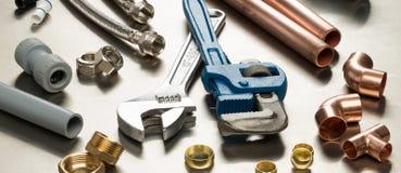 Sélection des outils de plombiers et des matériaux de tuyauterie images stock