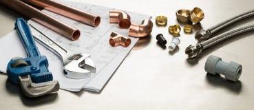 Sélection des outils de plombiers et des matériaux de tuyauterie photo stock