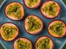 Sélection des passiflores comestibles de passiflore tropicales fraîches Images stock